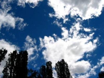 Día nublado con nubes claras en el cielo