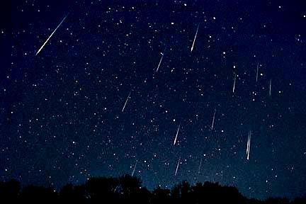 Lluvia de estrellas fugaces en el cielo nocturno