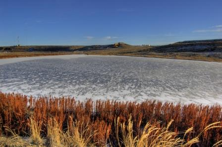 El agua de un lago congelada en la superficie
