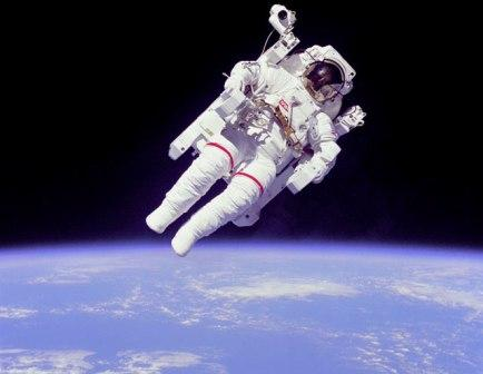 El peso del aire se debe a la gravedad terrestre que atrae los cuerpos