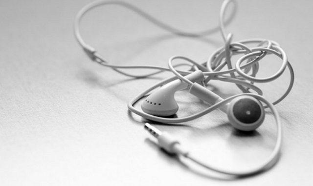 ¿Por qué los cables de los auriculares siempre se enredan?