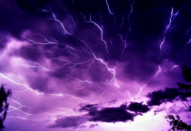 Las cargas positivas de la nube atraen a las cargas negativas, ese intercambio es el rayo.