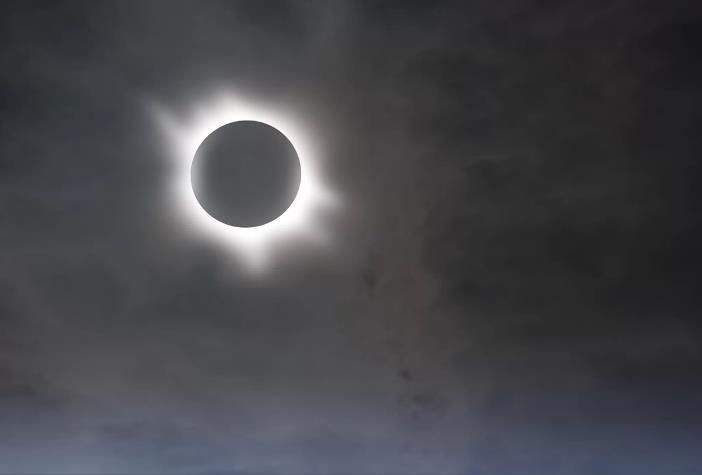 Corona de plasma del eclipse total de sol
