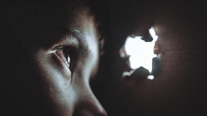 ¿Por qué los humanos no vemos en la oscuridad?